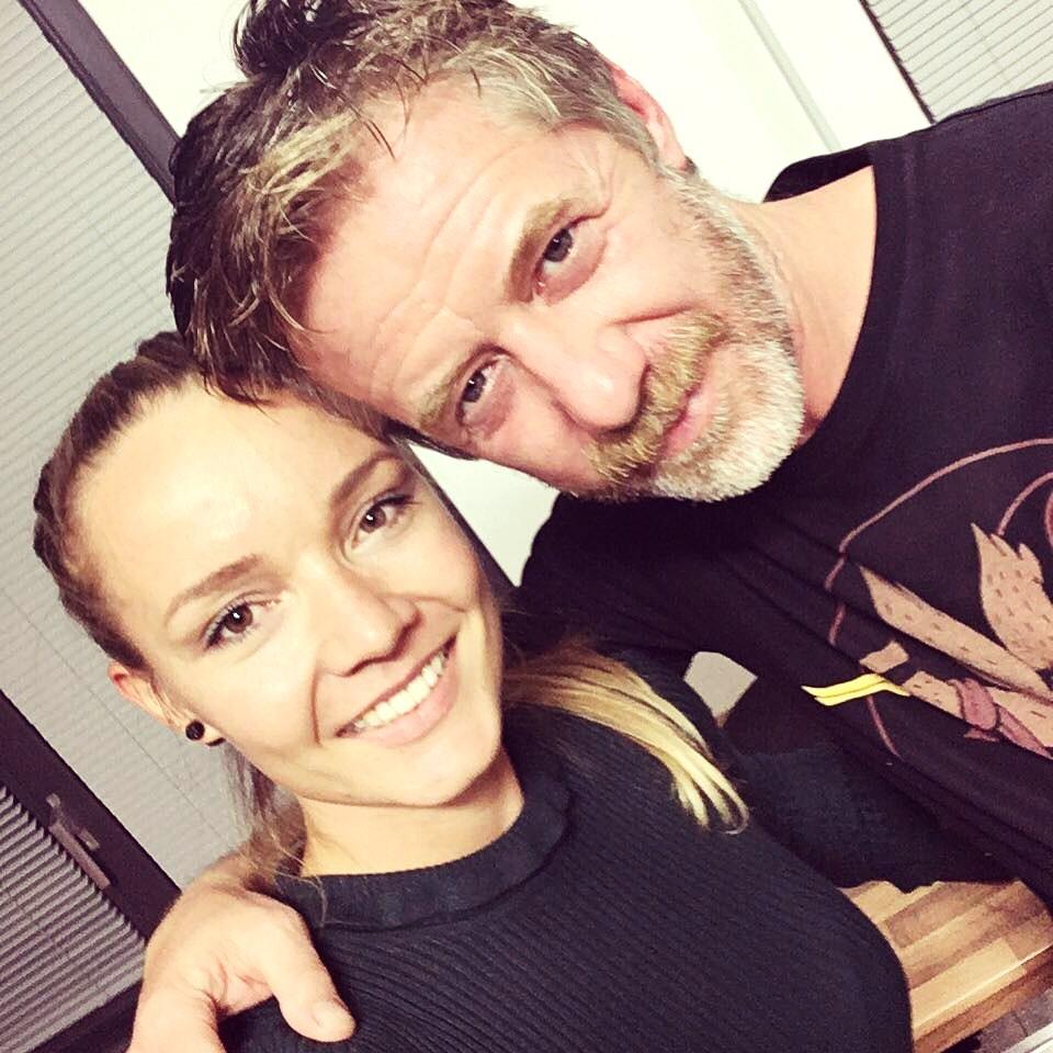 beebeauty - z natáčení internetového seriálu Lajna, závěrečná fotka s panem hercem Langmajerem, tady jsem si zkusila dokonce barvit vlasy a to rovnou na černo :D, vše jsme ale zvládla pan Langmajer odcházel s úsměvem domů;)