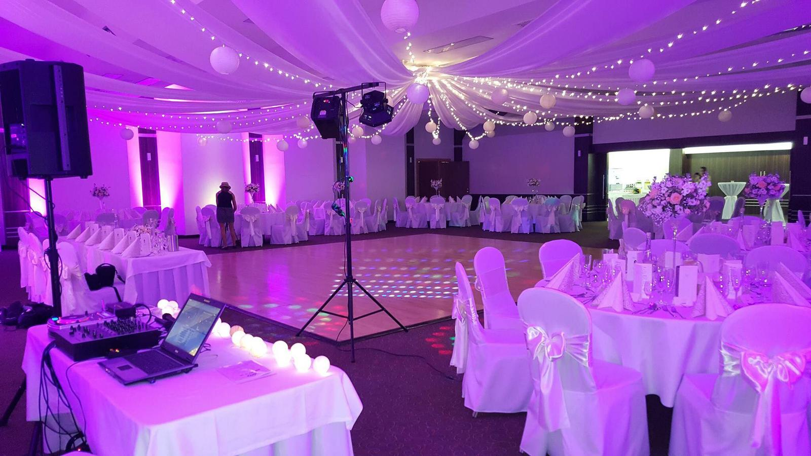 baldachynovo - Lampiónovo-svetielková svadba s fialkovými odtieňmi