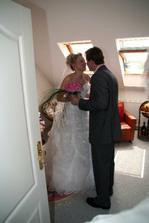 Ženich právě spatřil svou nevěstu a předává jí kytičku ...