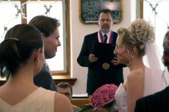 Při obřadu :-) Oddávající nás požádal, abychom se při slavnostním slibu drželi za ruku a  hleděli si do očí ...
