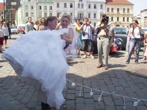 Překvapení pro novomanžele před radnicí