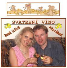 Detail viněty svatebního vína (vlastní výroba). Myší obrázek nahoře byl nalepen na hrdle lahve :-) Jo a použila jsem naši fotečku ze zásnub - srpen 2005