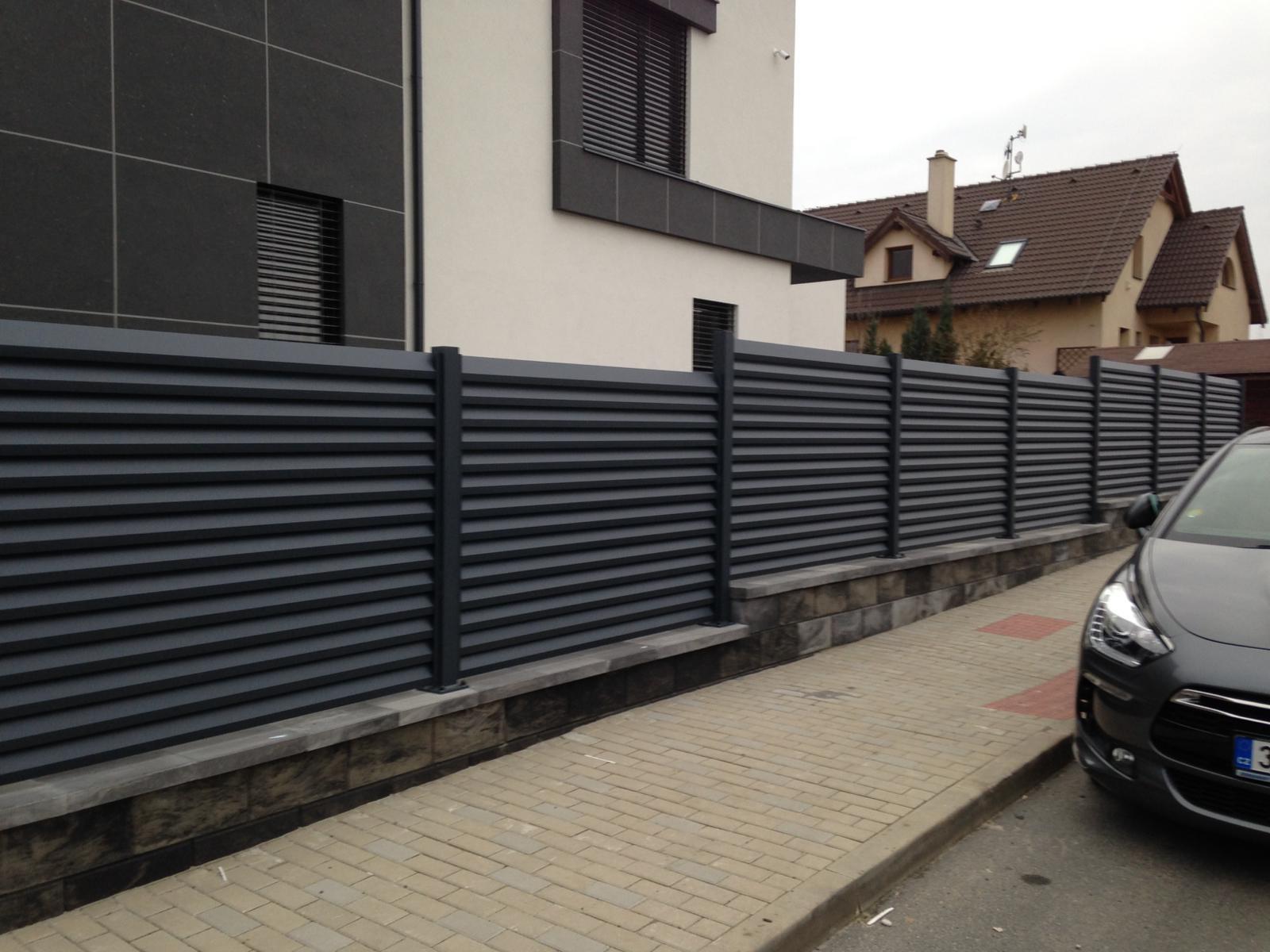 Foto z realizací - hliníkové sloupky, okenicový plot..barva antracit