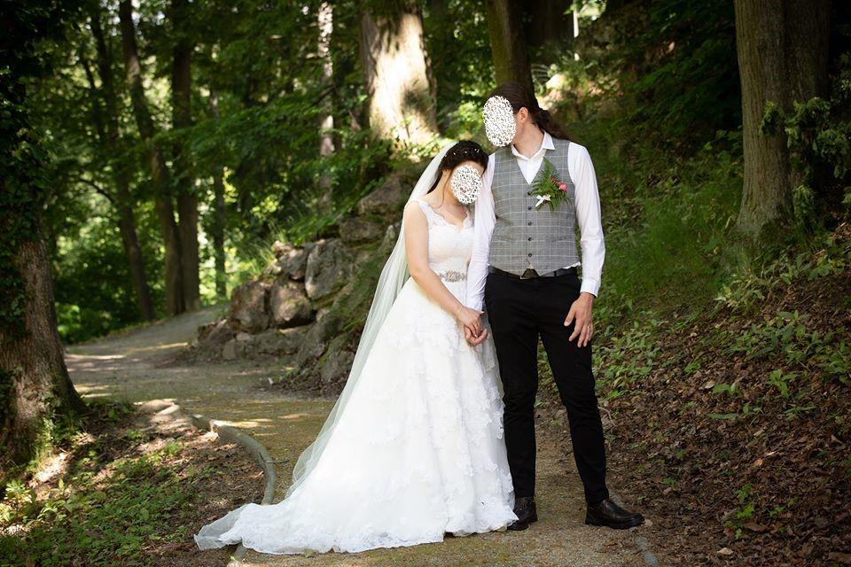 Krajkové svatební šaty s vlečkou vel. 38-40 - Obrázek č. 1