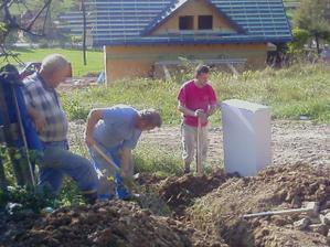 Moj drahý s mojím ocom (čo práve kope ) a našej susedy budúcej tiež otec ten vedľa :-)