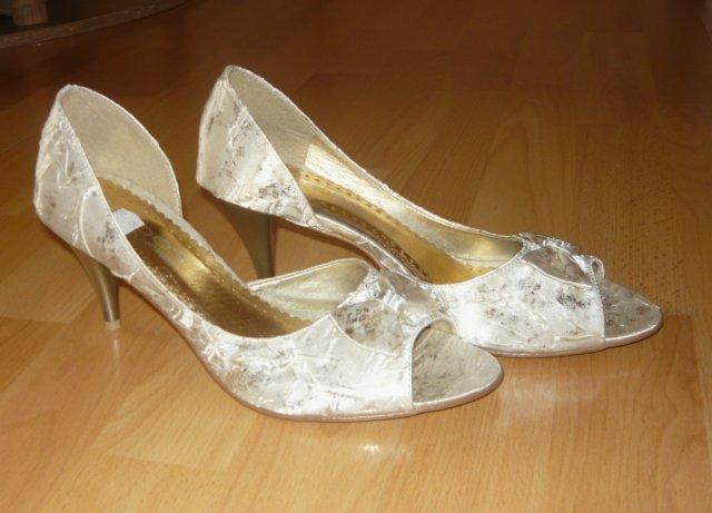 Martinka a Radko 4.9.2010 - Moje topánočky...šaty nie sú snehobiele