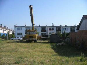 """Asi tak polovina našeho pozemku a instalace prvního """"domečku"""".."""