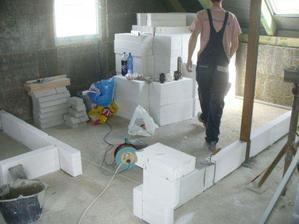 Červen 2009 Vodu, plyn, topení a elektřinu máme hotovou a začínáme stavět příčky.