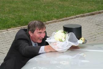 Tatínek nevěsty taky přiložil ruku k dílu