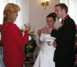 ...první novomalnželský přípitek...