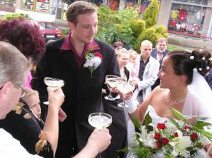 ...třetí novomanželský přípitek...