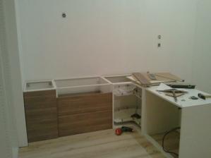začíname montovať kuchyňu