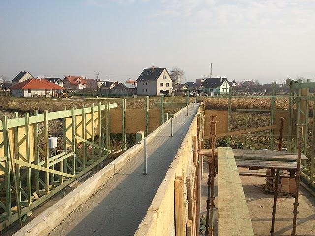 Náš dom :) - Betónový veniec na nosnej stene