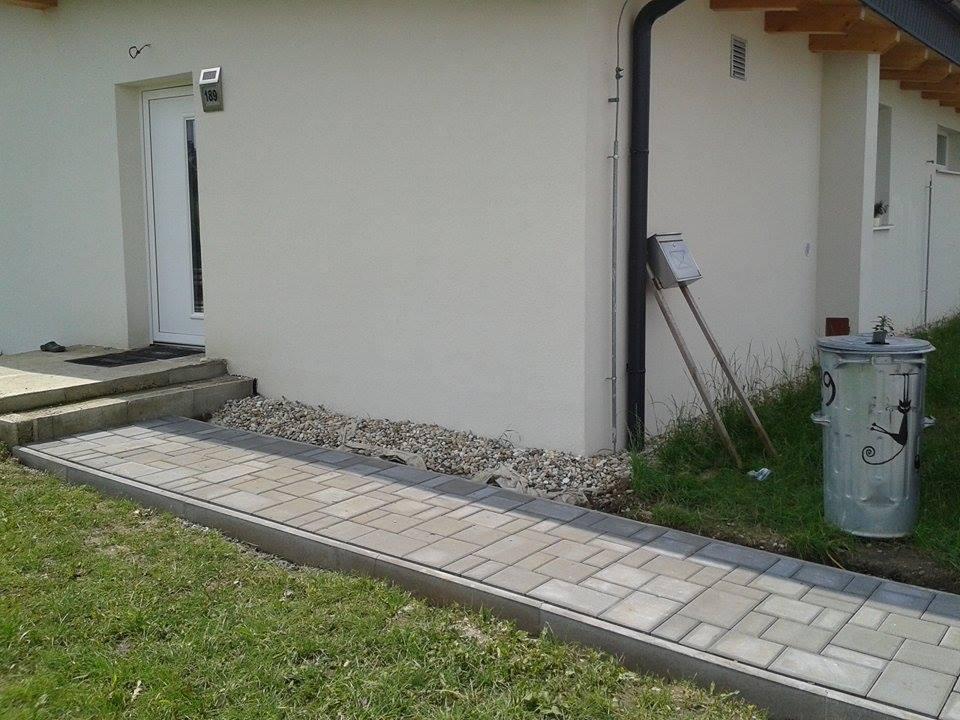 Náš dom :) - tak a takto to vyzerá tesne po položení chodníka