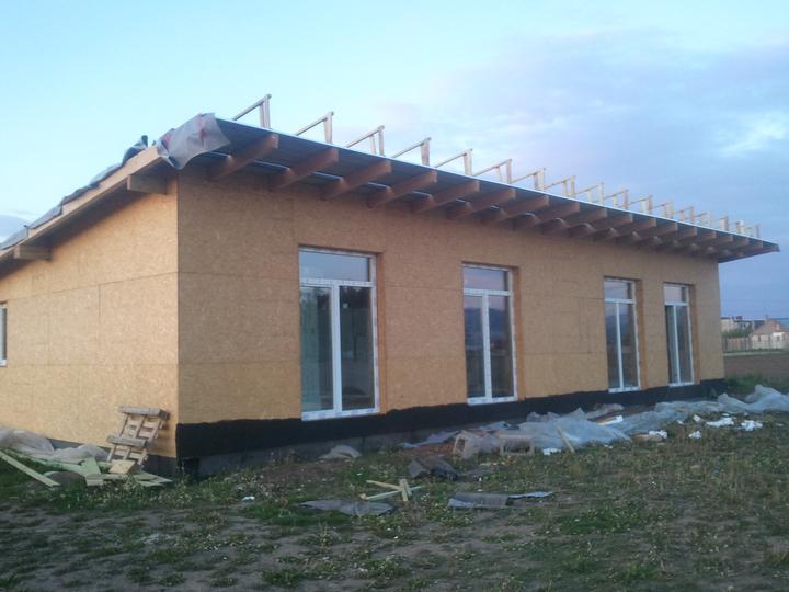 Náš dom :) - po malej prestávke práca na streche