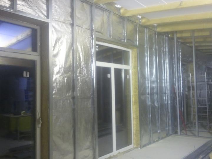 Náš dom :) - Zaliata podlahovka v poteroch, OSBéčky a fólia na stenách, profily na sadroš ;)
