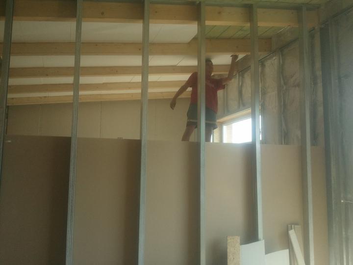 Náš dom :) - aj trámy treba prebrúsiť a nalakovať