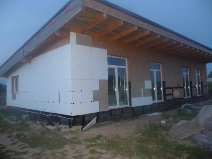 Náš dom :) - fúkal silný vietor a neprikotvené kusy lietali až k susedom :D
