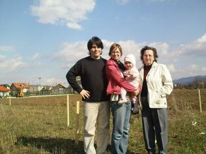 Na pozemku :) tato, mama, Hanička a starká