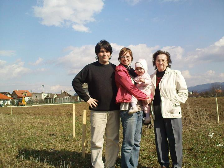 Náš dom :) - Na pozemku :) tato, mama, Hanička a starká