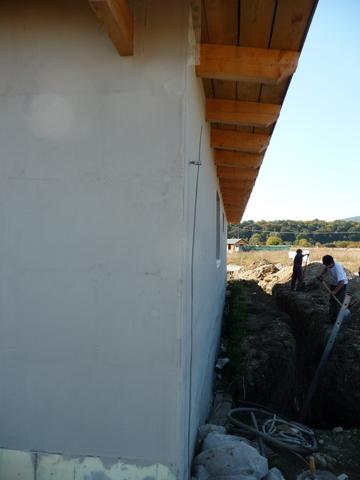 Náš dom :) - na domčeku sieťka v lepidle, chlapci zahŕňajú zemný register