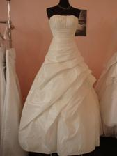 Vybrané šaty na svatbu, akorát v bílé barvě, malinko větší číslo...fotka klame, sukně je více nařasenější, kolekce 2010, ovšem půjčovné 9500,- :-(