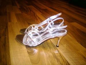 Konečně jsem sehnala stříbrné páskové boty a za super cenu:):)