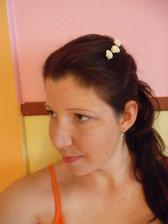 Přemýšlím, co s vlasy... V jednoduchosti je prý krása, ale krása nekrása, asi budu mít svatebně přeplácaný drdol, ne tohle.. ;-)