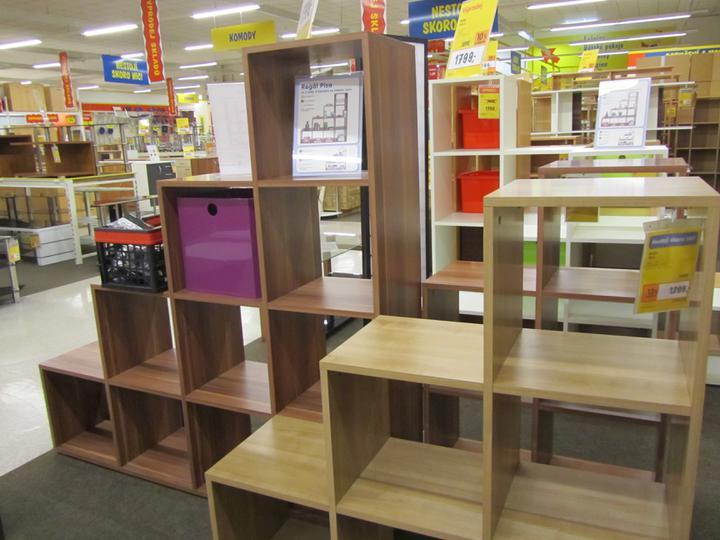 Ložnice+obývák - Poličky chci na předělení prostoru na spaní a obývací části, ale nemůžu sehnat ty pravé, tyhle jsou moc pravidelné...