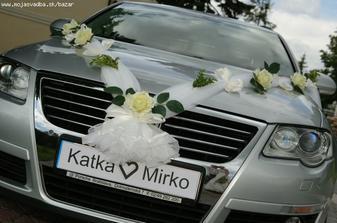 naše autíčko - ruže ružové, mašličky biele