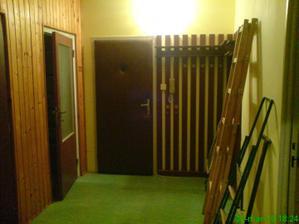 Chodba..na ľavo je kupelna a zachod...prve dvere je kumbal :o)