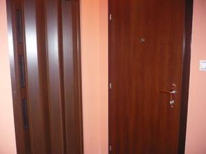 vchodové dvere a na ľavo dvere do kumbálu :o)