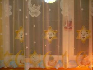 detská izba konečne so záclonou :o)