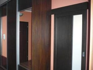 a dvere do obývačky sa pekne zasúvaju do vstavanej skriňe :o)...aby nezavadzali v obývačke