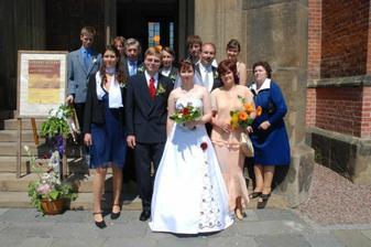 Novomanželé s rodinou
