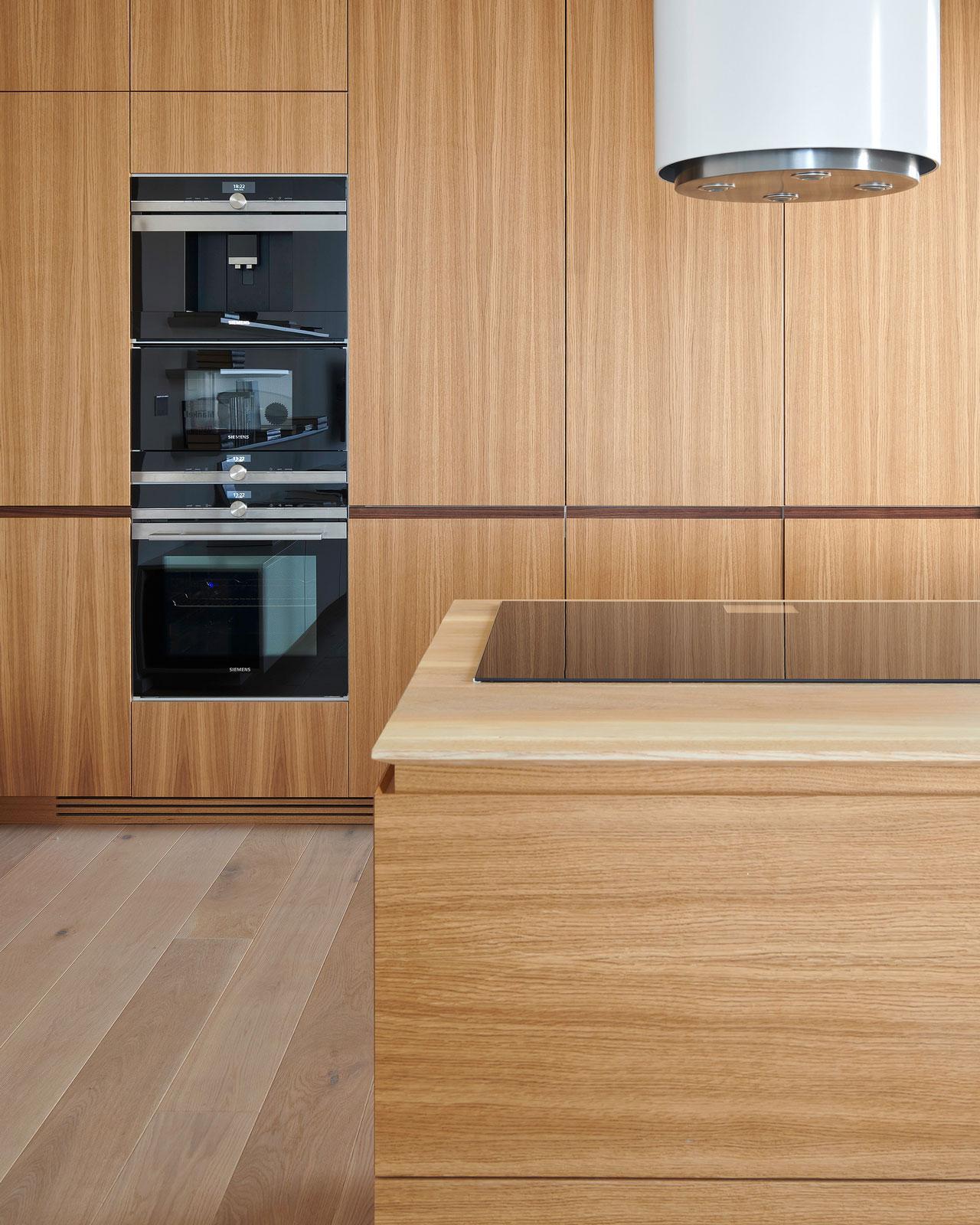 Poradte mi prosim, ktory odtien drevodekoru z lamina by sa podobal na inspiraciu kuchyne z obrazka. Kuchyna je v dyhe, ale cenovo je to drahsie, tak zhanam lacnejsi variant. - Obrázok č. 1