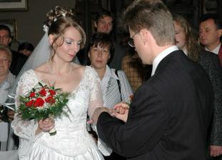 Výměna prstýnků - jeden nevěstě...