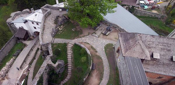 Nezbytné maličkosti :-) - Tak tady na tomto nádvoří hradu Sovinec proběhla žádost o ruku. Romanťárna, co? Netušila jsem, že drahý dokáže být taková romantik :-)