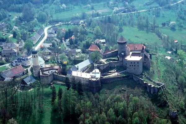 Nezbytné maličkosti :-) - Pohled na celý hrad. A dělají tam i svatební obřady, mají příjemný personál.