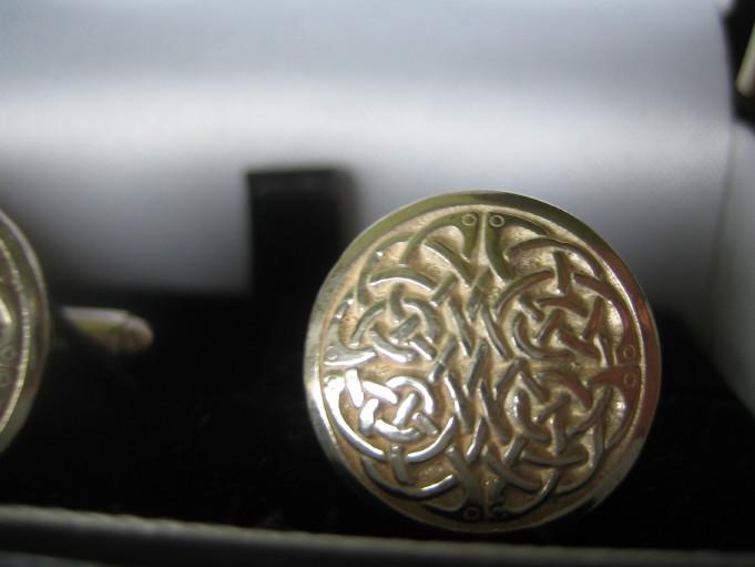Nezbytné maličkosti :-) - Ženichovy manžetové konflíčky - vzpomínka ze Skotska. Úplně zapomněl, že je má! :-)