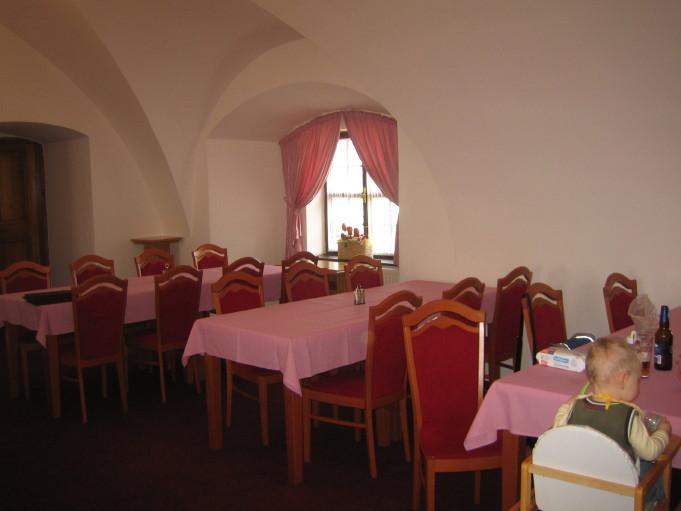 Nezbytné maličkosti :-) - Při návštěvě na zámku a testování jídel. Salónek zůstal naštěstí bílý (zvěsti o vymalování na oranžovo byly naštětí mylné - díky bohu :-)