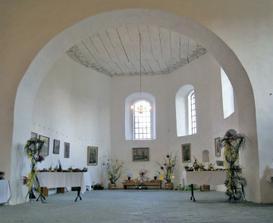 Kostelík sv. Trojice -  tak to vypadá vevnitř, kouzelné místo.....ovšem bez dekorace. Tato dekorace byla na velikonoce. ;-)