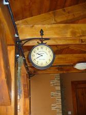 pribudli ešte jedny staničné hodinky - na terasu