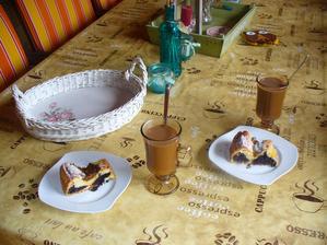 na terase makový koláčik so slivkami