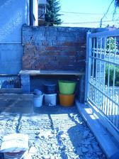 chcem niečo vymyslieť s týmto priestorom, dali sme tam plotové dielce, foršne, ale čo s tou stenou????
