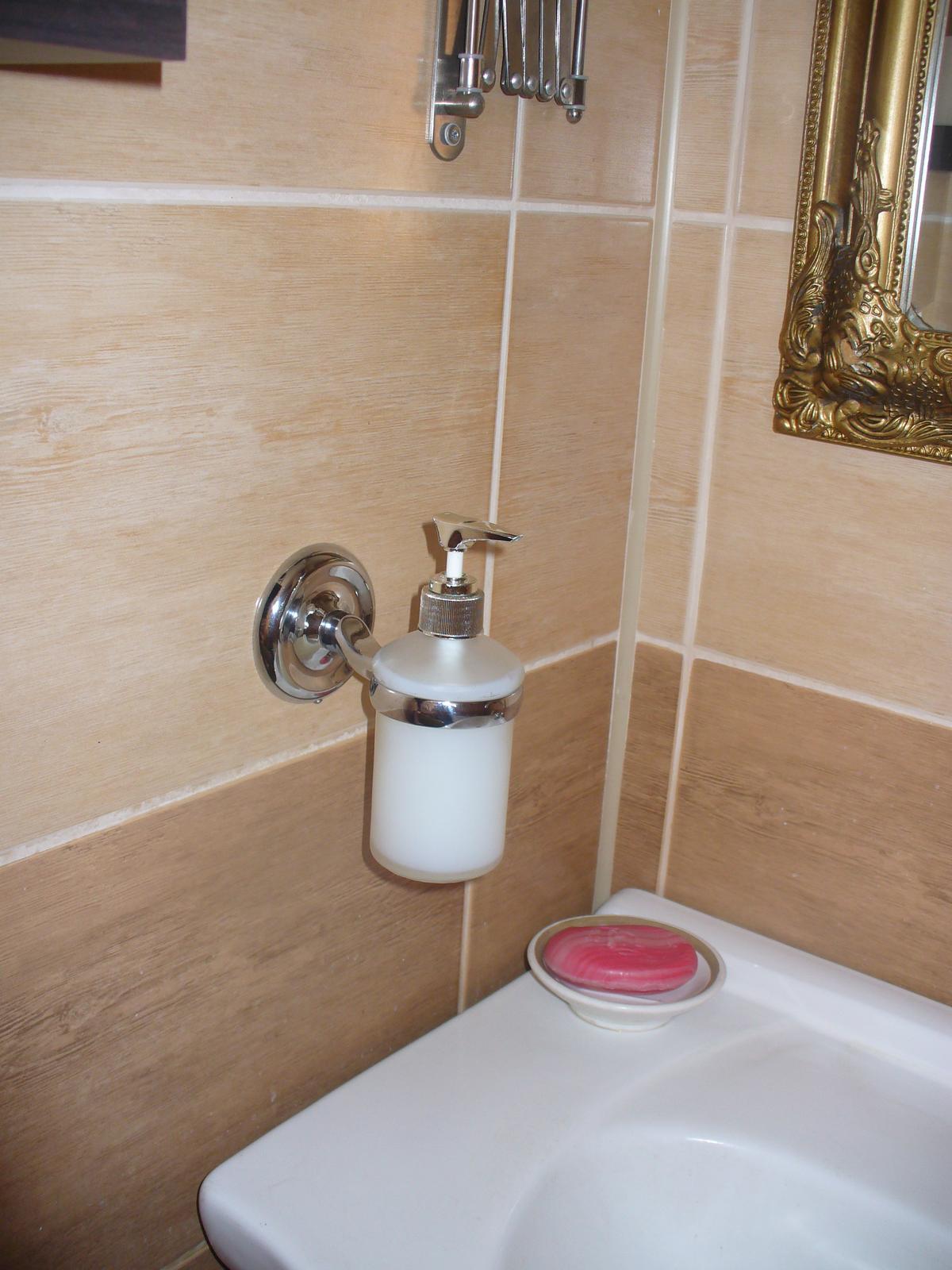 Naša kúpeľňa. - dnes mi môj mužíček navŕtal :)