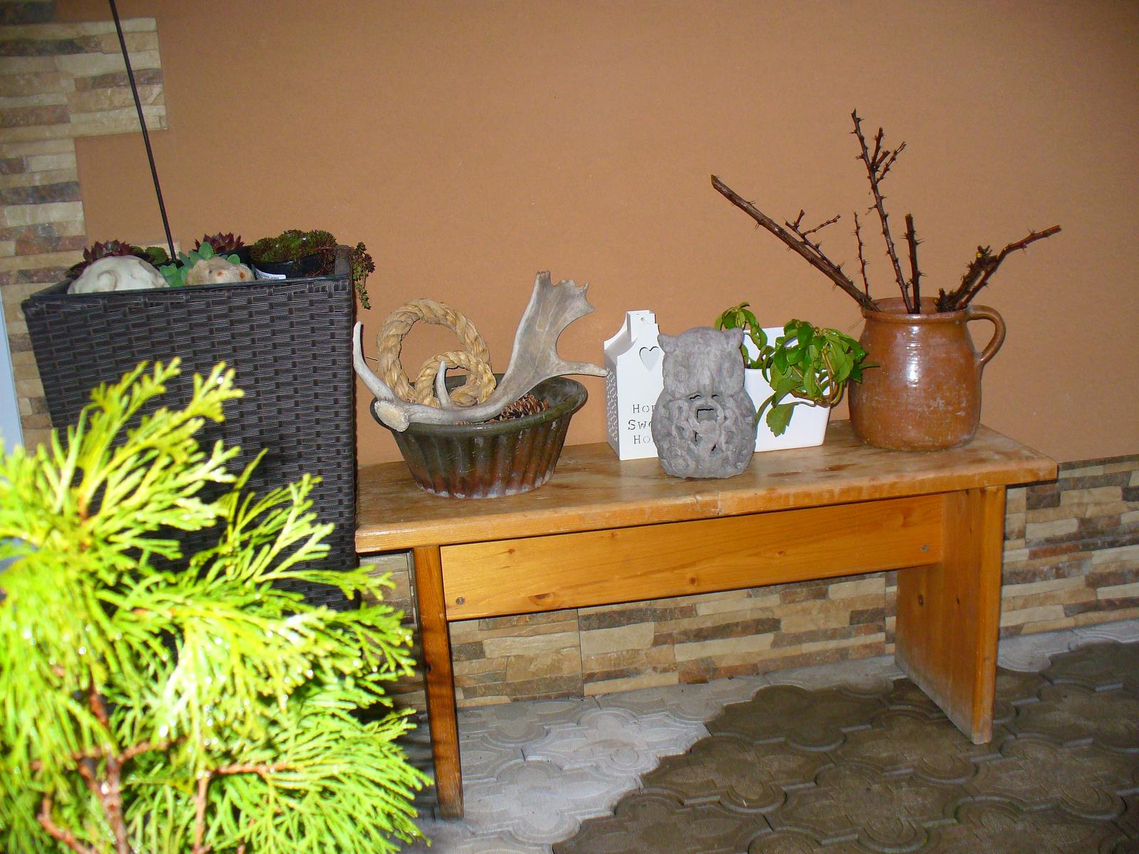 Prerábka, sadenie a úpravy v našej mini záhradke. - dostala som lavičku