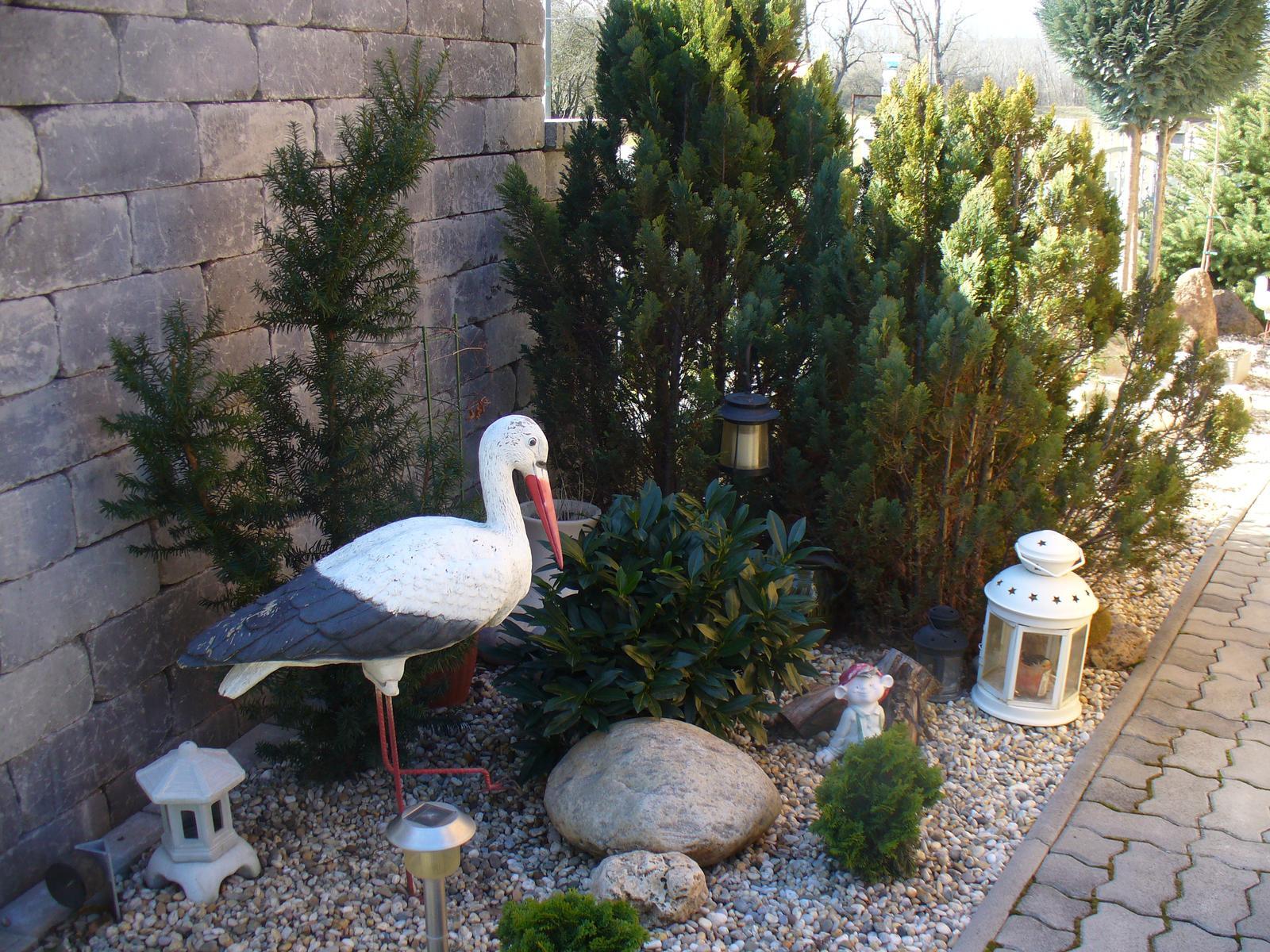 Prerábka, sadenie a úpravy v našej mini záhradke. - Bociana som dala do tohto kútika