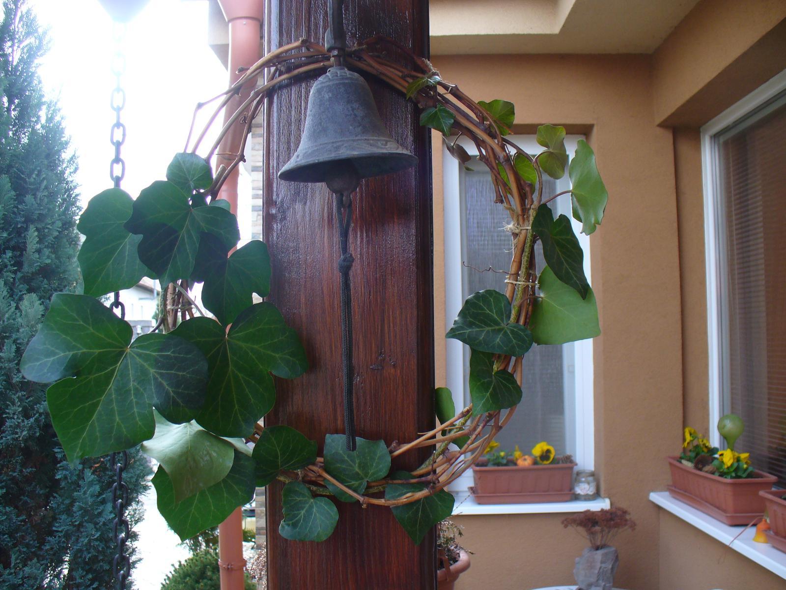 Prerábka, sadenie a úpravy v našej mini záhradke. - ostrihali sme vinič, spravila som venček, ozdobila brečtanom