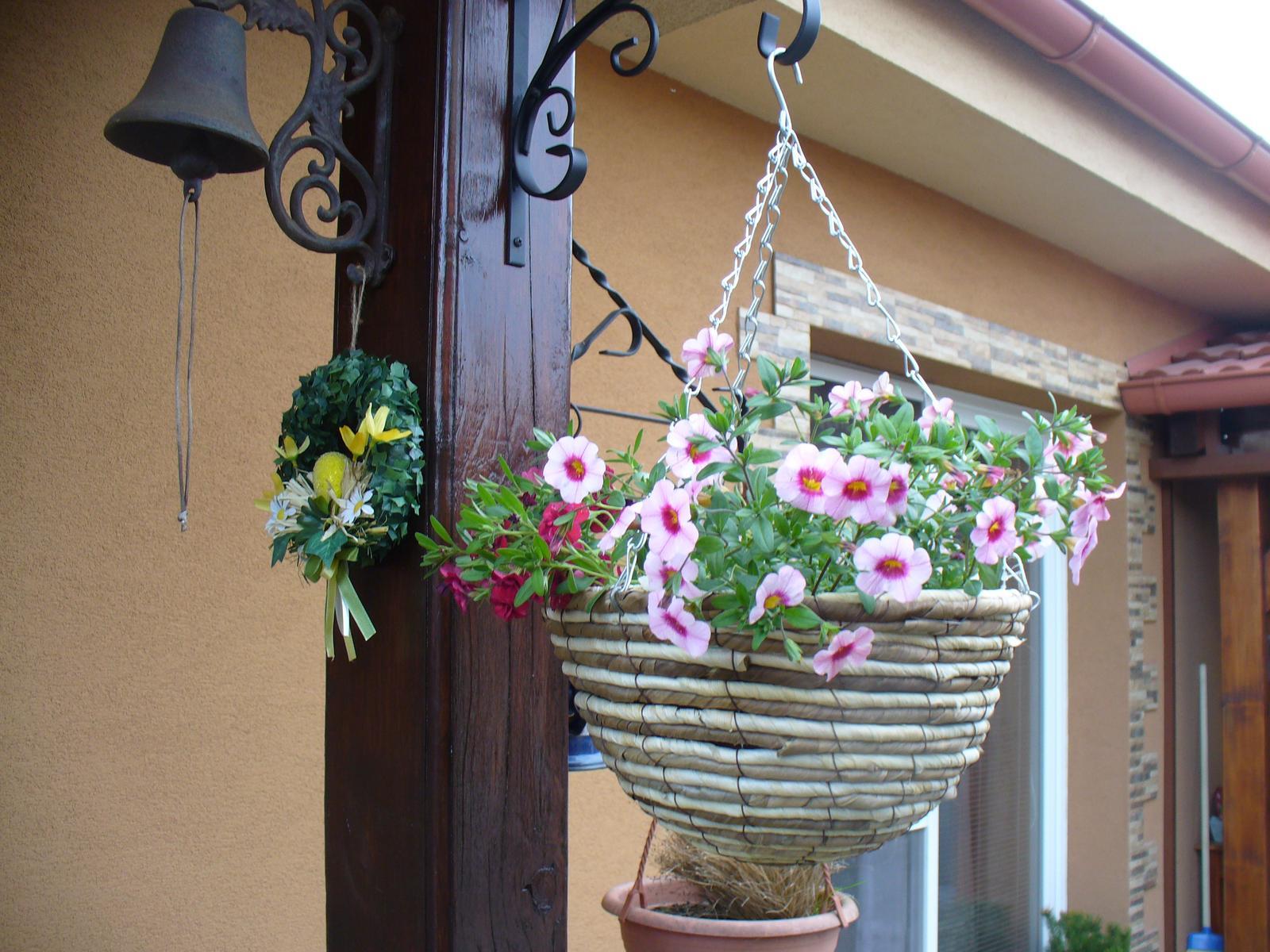 Prerábka, sadenie a úpravy v našej mini záhradke. - pribudol nový kvetináč, tak som už aj zasadila